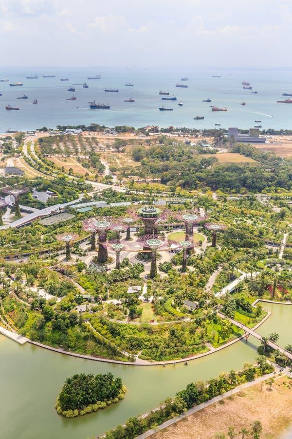 Una vista aérea de jardines por la bahía fotos de archivo
