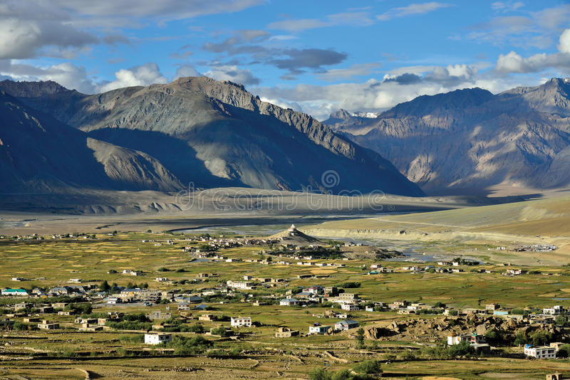 Una vista aérea de Padum, valle de Zanskar, Ladakh, Jammu y Cachemira, la India imágenes de archivo libres de regalías