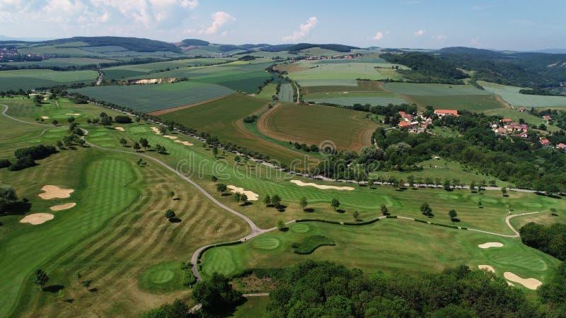 Una vista aérea de un campo de golf fotos de archivo