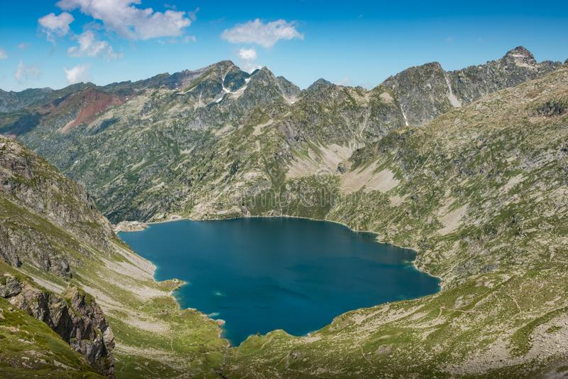 Una vista aérea del lago de Artouste, en los Pirineos franceses fotografía de archivo libre de regalías
