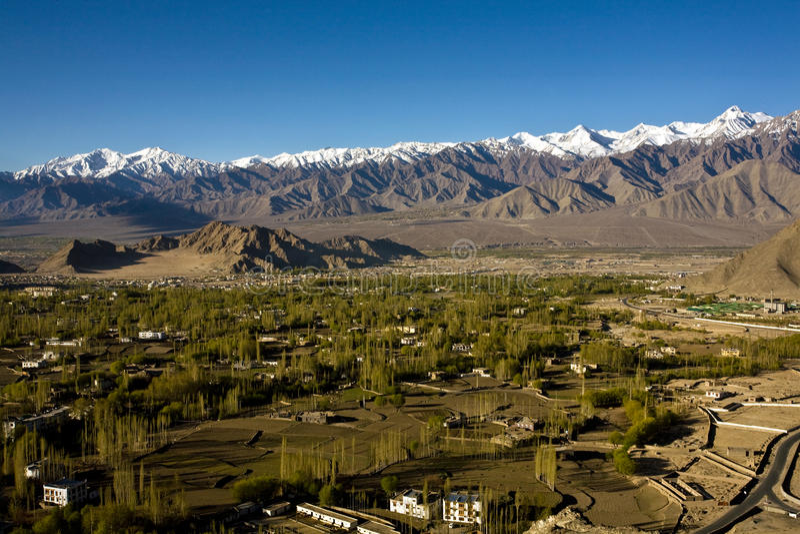 Una vista aérea del valle de Leh, Ladakh, Jammu y Cachemira, la India imagenes de archivo