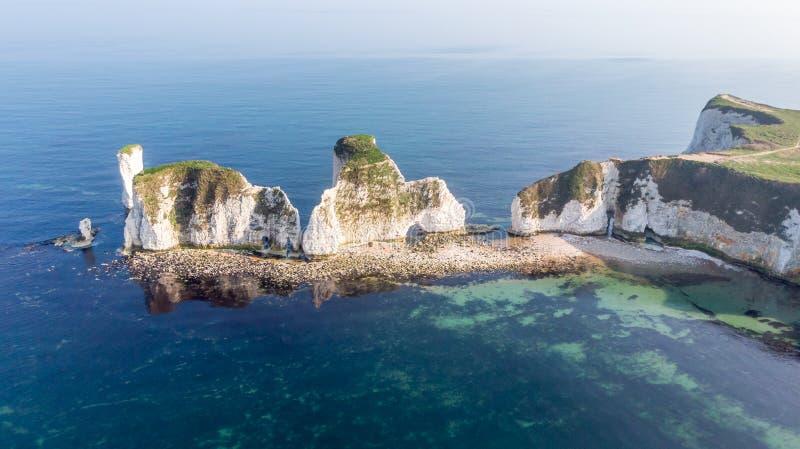 Una vista aerea di Harry Rocks anziano lungo la costa giurassica con acqua cristallina e le scogliere bianche sotto un cielo nebb immagini stock