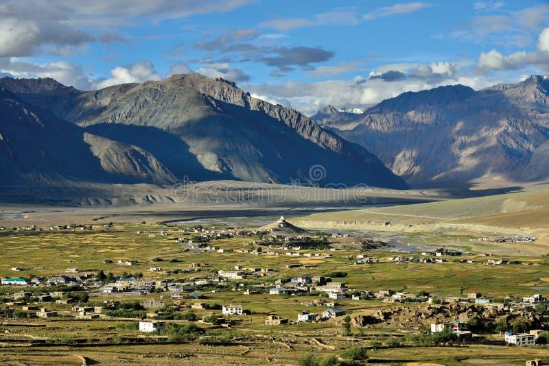 Una vista aerea di Padum, valle di Zanskar, Ladakh, il Jammu e Kashmir, India immagini stock libere da diritti