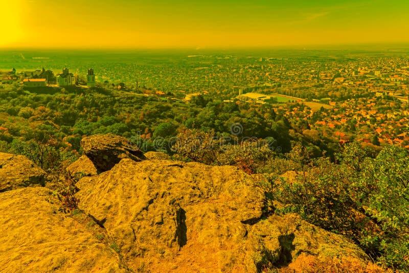Una vista aerea di una parte alla città di Vrsac, Serbia, al tramonto immagine stock