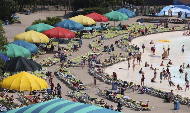 Una vista aerea di una spiaggia occupata a inzuppa la città, re Island immagine stock