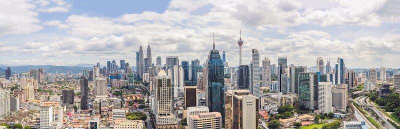 Una vista aerea panoramica della città di Kuala Lumpur durante la luce del giorno fotografia stock