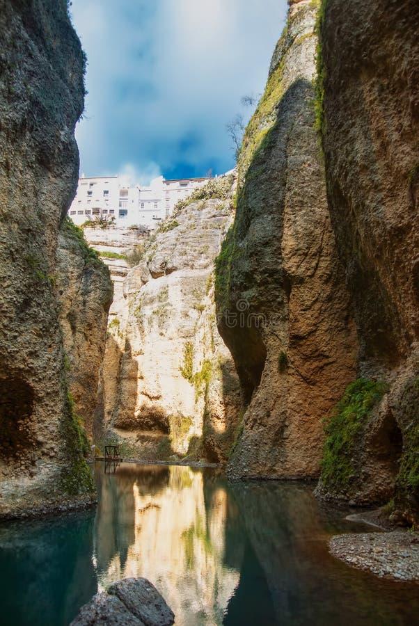 Una vista al fiume di Guadalevin al canyon della gola di EL Tajo dal bott fotografie stock