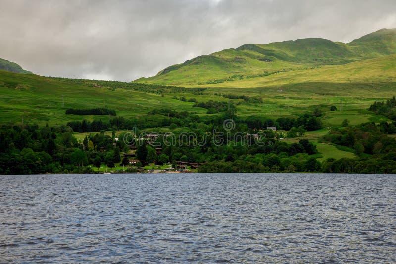Una vista al lago Tay aloja el pueblo tomado del barco de alquiler en un lago, Escocia central fotografía de archivo libre de regalías