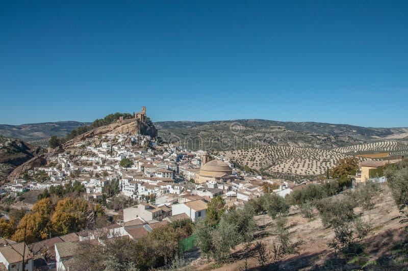 Una vista alla scogliera con la cappella sopra la città di Montefrio fotografia stock