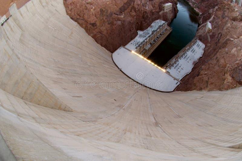 Una vista alta, granangular de la barrera del cemento de la Presa Hoover foto de archivo