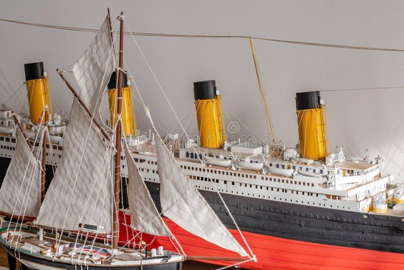 Una vista alta vicina di due modelli di nave fatti a mano Concetto di hobby Bello fondo immagine stock libera da diritti