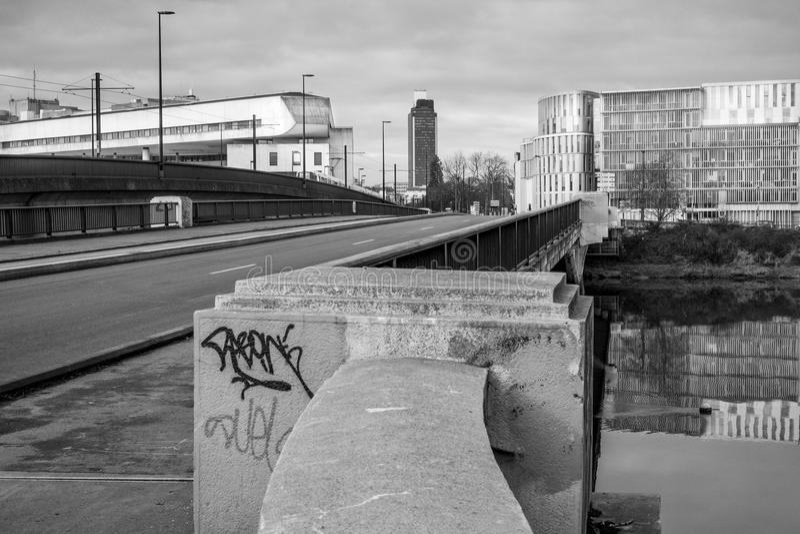 Una vista in bianco e nero da un ponte a Nantes in Francia fotografia stock libera da diritti