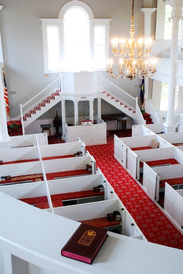 Una vista che trascura i banchi di chiesa degli alti donatori fotografia stock