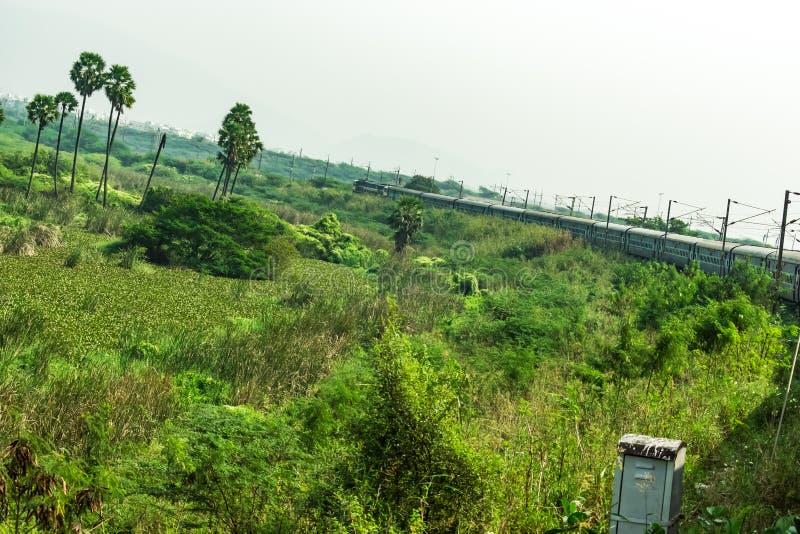 Una vista corrente della curva del treno che sembra impressionante fotografia stock libera da diritti