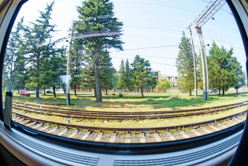 Una vista da una finestra di un treno muoventesi sparato su un grandangolo immagini stock libere da diritti