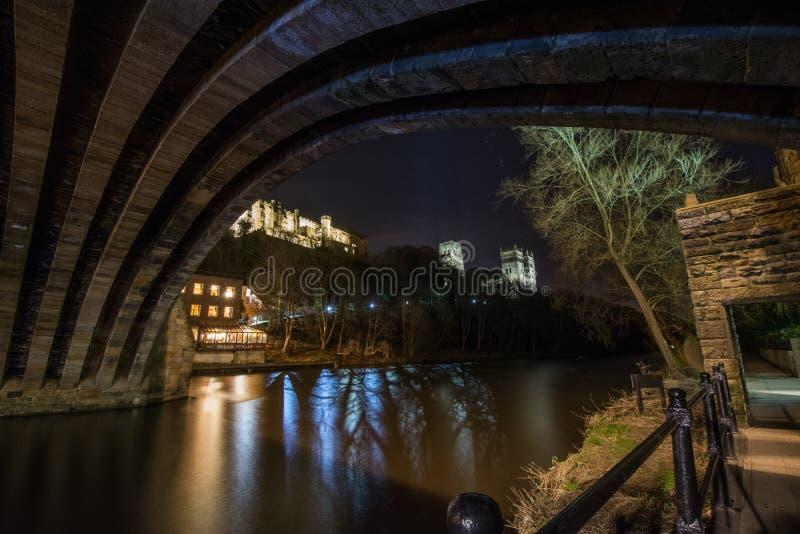 Una vista da sotto il ponte immagini stock libere da diritti