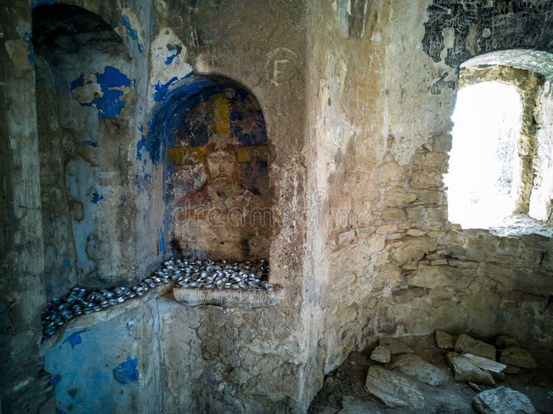 Una vista dall'interno di vecchia chiesa greca abbandonata sulla camelia/Kameriye dell'isola fotografie stock