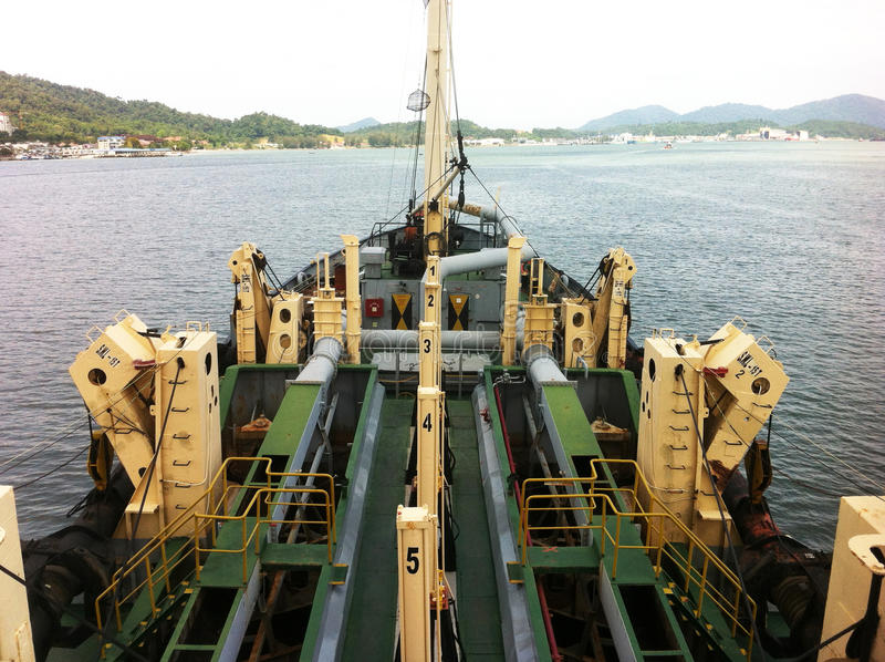 Una vista dalla nave di dragaggio alla foce di Lumut fotografie stock