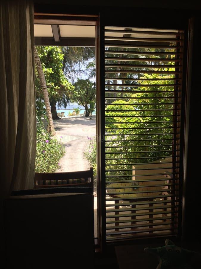 Una vista dalla stanza nell'hotel di Kurumba, Maldive fotografie stock
