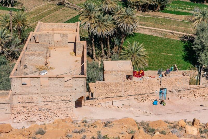 Una vista de arriba de edificios residenciales en el oasis de Tinerhir cerca de la garganta de Todra en Marruecos fotos de archivo
