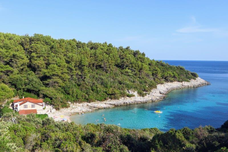 Una vista de arriba de la playa de Zitna, en una bahía maravillosamente espectacular con un pequeño hotel privado en la isla de K fotos de archivo libres de regalías