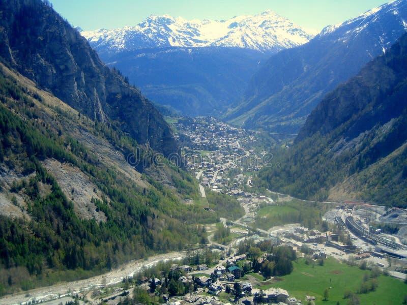 Una vista de Courmayeur, valle de Aosta, Italia norteña imagen de archivo