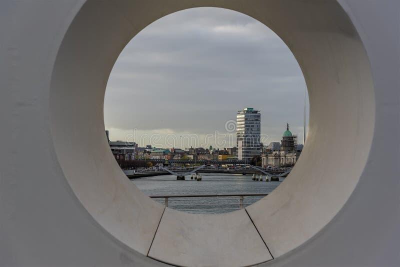 Una vista de Dublín, Irlanda de un puente sobre el río Liffey imagen de archivo