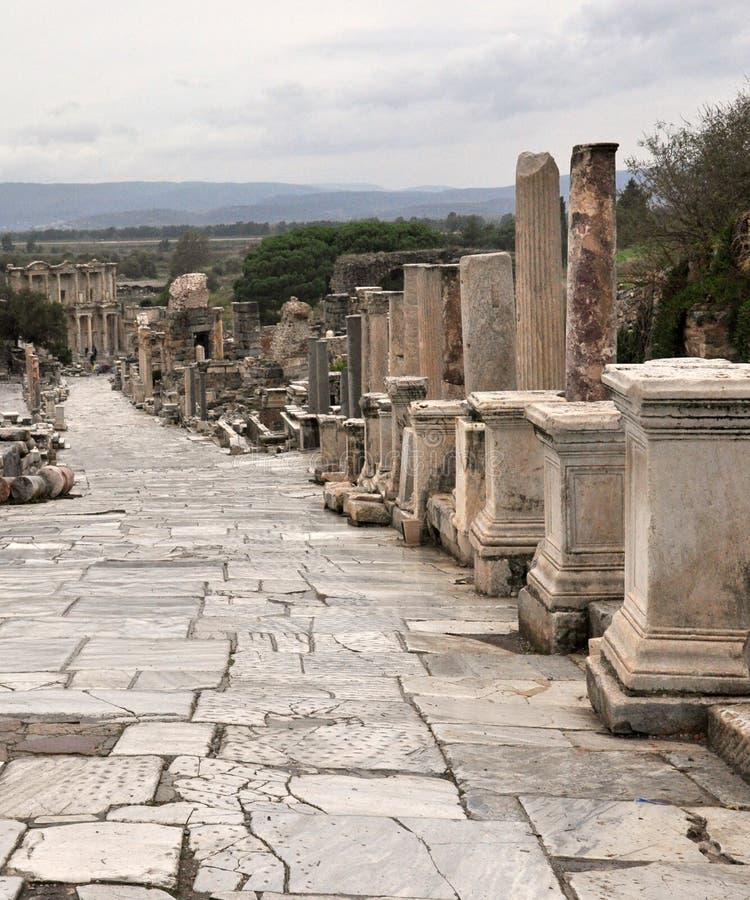 Una vista de la calle de Curetes que lleva a la biblioteca de Celsus en Ephesus fotos de archivo