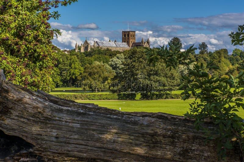 Una vista de la catedral a través del parque en St Albans, Reino Unido imagen de archivo libre de regalías
