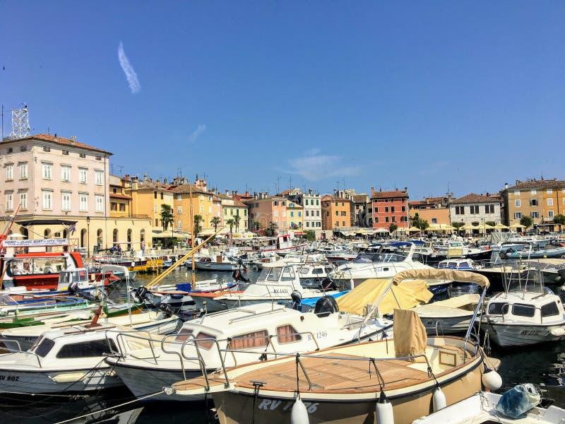 Una vista de la costa de Rovinj, Croacia lleno de edificios coloridos y de barcos viejos atracados en la bahía fotografía de archivo libre de regalías