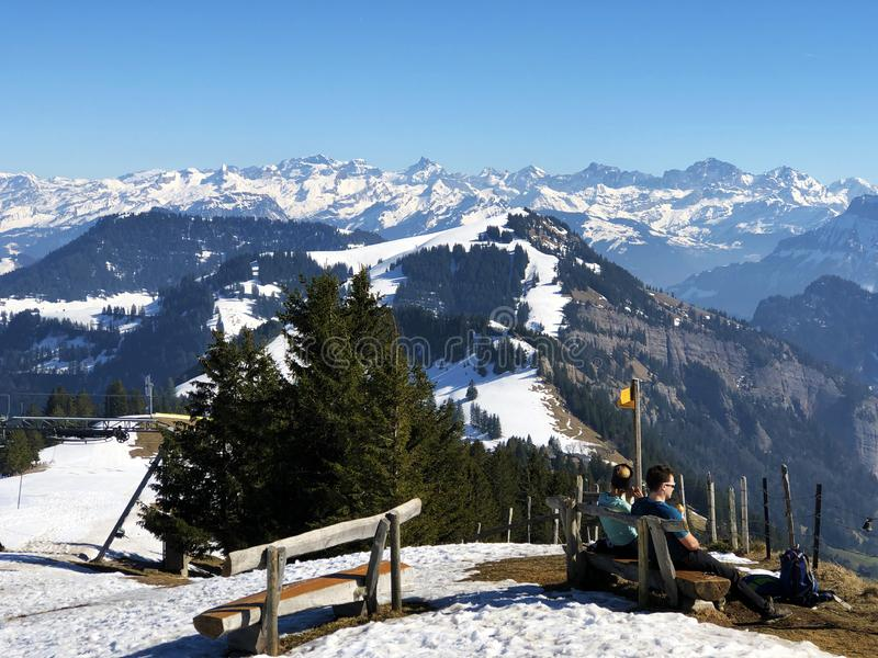Una vista de la cubierta de nieve de la primavera en las montañas suizas de la montaña de Rigi imagenes de archivo