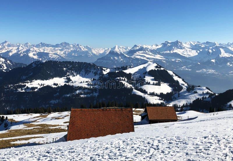 Una vista de la cubierta de nieve de la primavera en las montañas suizas de la montaña de Rigi imágenes de archivo libres de regalías
