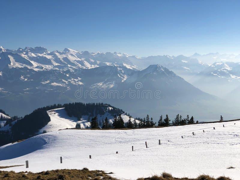 Una vista de la cubierta de nieve de la primavera en las montañas suizas de la montaña de Rigi imagen de archivo libre de regalías