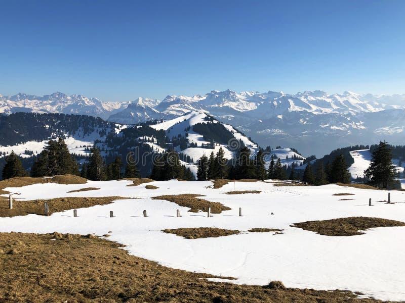 Una vista de la cubierta de nieve de la primavera en las montañas suizas de la montaña de Rigi fotografía de archivo libre de regalías