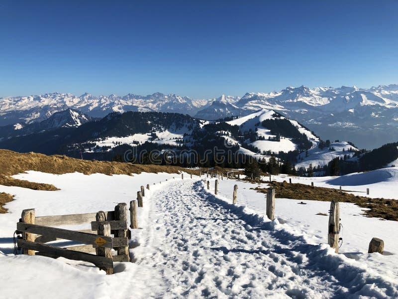 Una vista de la cubierta de nieve de la primavera en las montañas suizas de la montaña de Rigi fotos de archivo