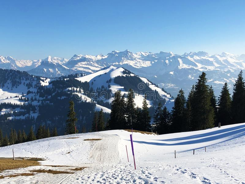Una vista de la cubierta de nieve de la primavera en las montañas suizas de la montaña de Rigi foto de archivo