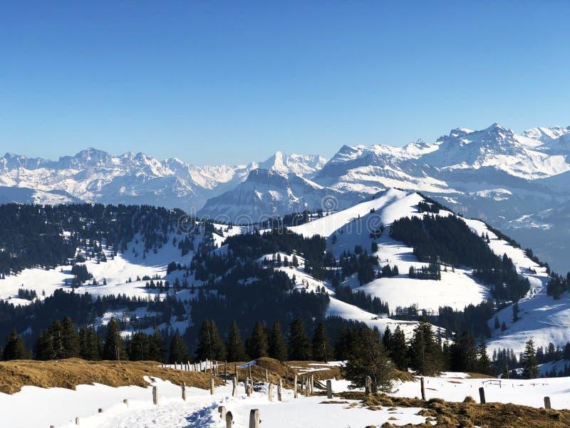 Una vista de la cubierta de nieve de la primavera en las montañas suizas de la montaña de Rigi fotos de archivo libres de regalías