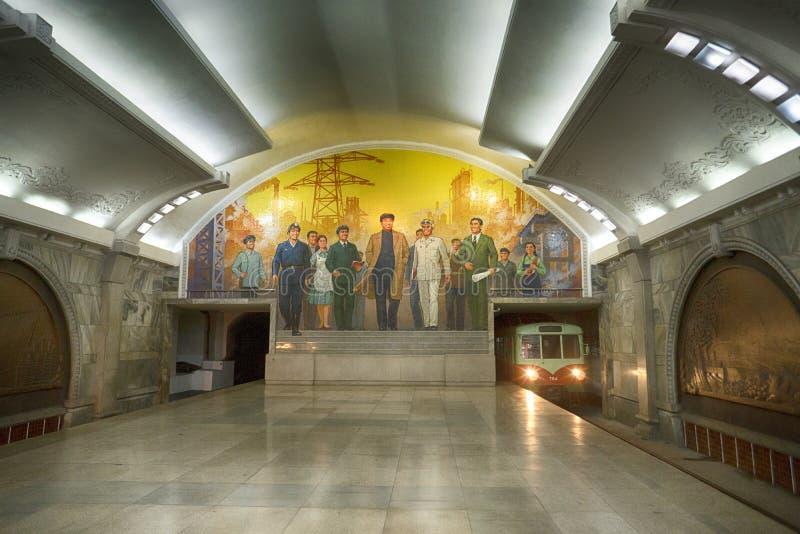 Una vista de la estación, del mosaico y del tren de Puhung Línea de Mangyongdae del metro de Pyongyang DPRK - Corea del Norte fotografía de archivo