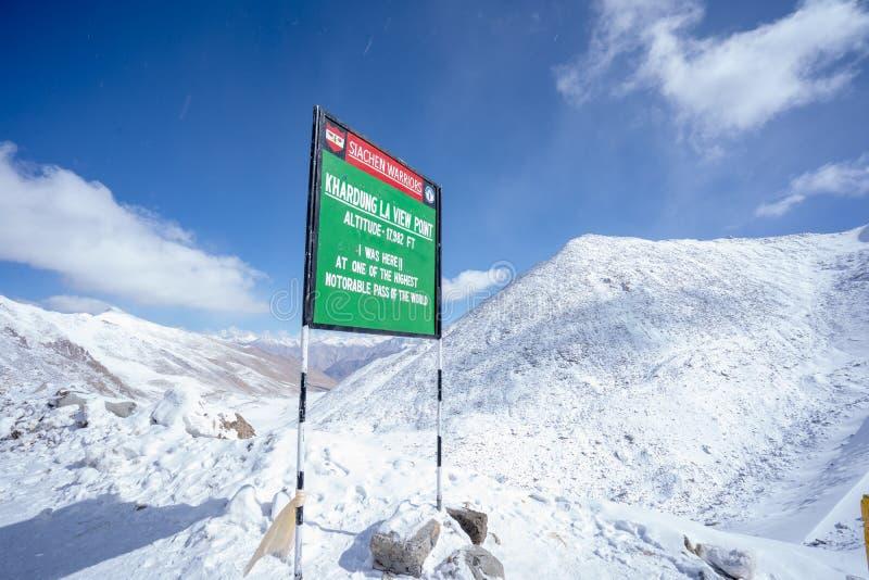 Una vista de la montaña de la nieve en el camino de Leh al lago Pangong en Ladakh fotos de archivo