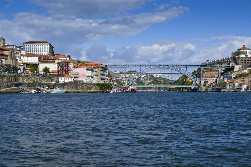 Una vista de la pieza histórica del puente de Oporto y de Dom Luis fotografía de archivo