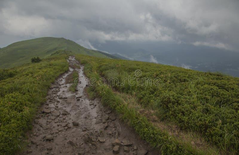 Una vista de las montañas de Bieszczady, sur Polonia, Europa Oriental - seguir la trayectoria foto de archivo