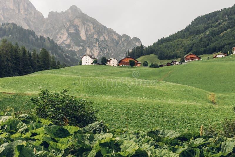 Una vista de las montañas y de las casas en las dolomías alpinas fotos de archivo