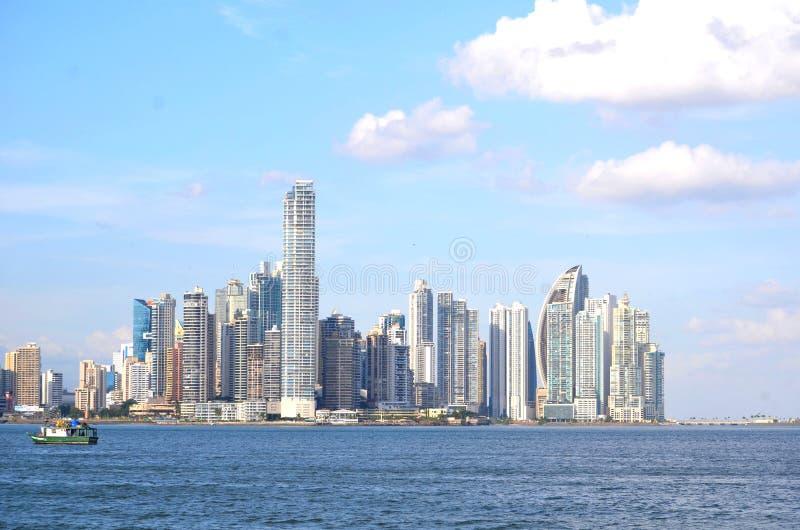 Una vista de los edificios y de la bahía en Panamá fotos de archivo