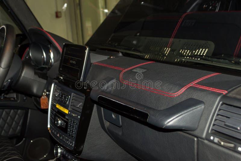 Una vista de una parte del interior del tablero de instrumentos del coche del leath foto de archivo
