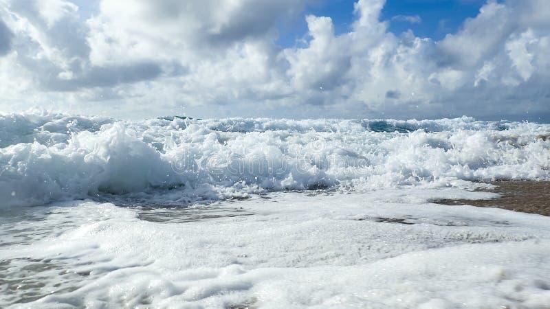 Una vista de tierra de las ondas que se estrellan sobre la playa imagen de archivo libre de regalías
