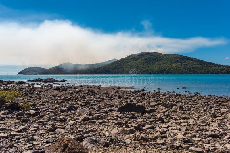Una vista de un incendio forestal en una pequeña isla El fuego no es visible, imagen de archivo libre de regalías