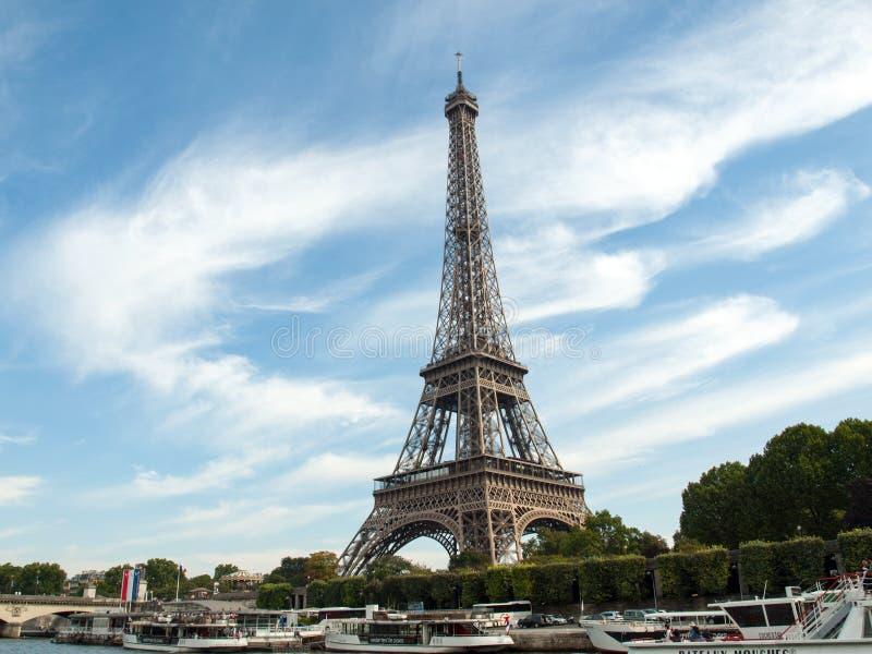 Una Vista De Un Río Sena Con La Torre Eiffel En París Foto editorial ...