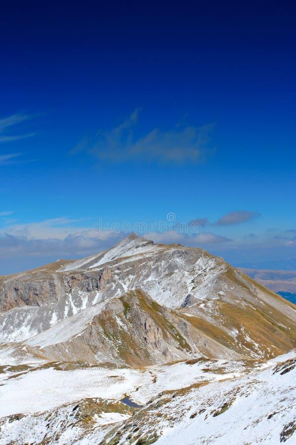 Una vista de una tapa de la montaña imagenes de archivo