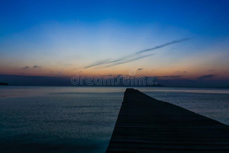 Una vista dei bacini sul crepuscolo dalla spiaggia di Pasir Panjang immagine stock libera da diritti