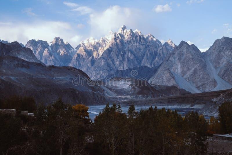 Una vista dei picchi di montagna dei coni di Passu nella sera fotografie stock